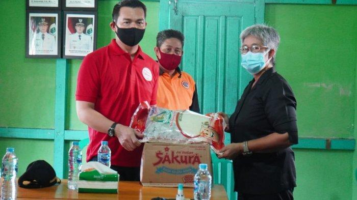 Bupati Kapuas Hulu Serahkan Bantuan ke Masyarakat Positif Covid-19 di Desa Padua Putussibau Utara