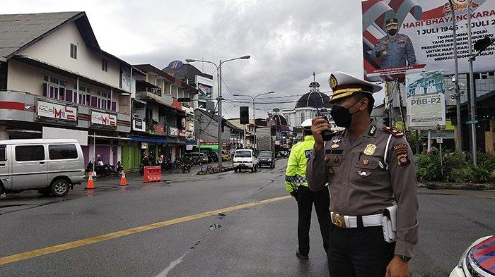 Suasana penyekatan jalan Gajahmada Pontianak yang dilakukan Satlantas Polresta Pontianak.