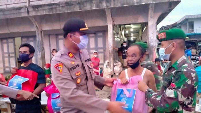 Personel TNI dan Polri di Bengkayang Turun ke Jalan Bagikan Paket Sembako kepada Warga