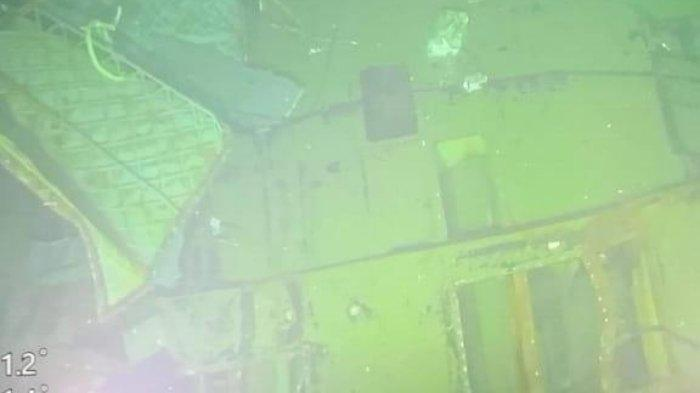 Gambar dari kamera kapal MV Swift Rescue, ditangkap di kedalaman 838m, menunjukkan bagian lambung dari kapal selam yang tenggelam.