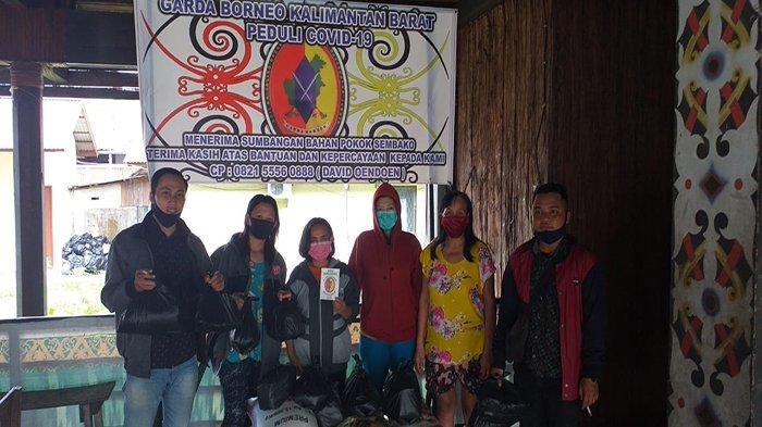 Garda Borneo Kalimantan Barat (Kalbar) membagikan 642 paket sembako ke sejumlah masyarakat yang terkena dampak Covid-19 di Kota Pontianak dan Kabupaten Kubu Raya.