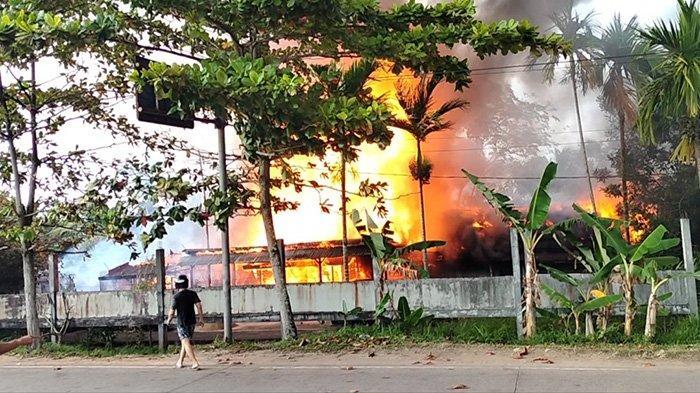 Tiga unit rumah di komplek Asrama Gatot Subroto II hangus dilahap sijago merah, tepatnya di jalan mayor alianyang, Sungai Raya, Kabupaten Kubu Raya, Kalimantan Barat, pada Kamis 18 Februari 2021 sekira pukul 14.30 wib