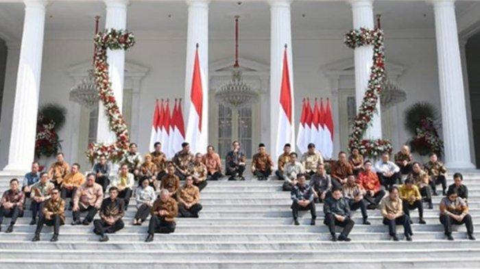 Gaya Unik Jokowi-Ma'ruf Amin, Umumkan Nama Menteri Kabinet sambil Duduk Lesehan di Undakan Istana