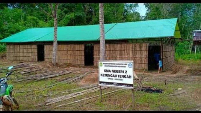 VIRAL! Sekolah Bambu di Pedalaman Sintang, Perjuangan Warga Perbatasan Menimba Ilmu di SMAN 2