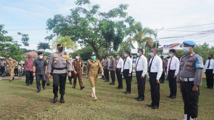 Kapolres Singkawang AKBP Prasetiyo Adhi Wibowo, SIK, bersama Wali Kota Tjhai Chui Mie saat meninjau pasukan, di halaman Mapolres Singkawang, Senin 12 April 2021.