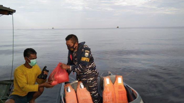 Lantamal XII Pontianak Salurkan Sembako Kepada Para Nelayan di Teluk Melano