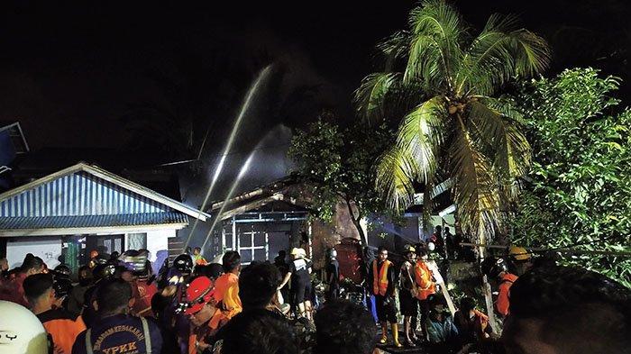 BREAKING NEWS - Satu Rumah di Kawasan Pontianak Timur Terbakar, Saksi Dengar Suara Ledakan