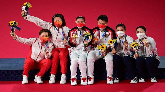 MEDALI - Greysia Polii dan Apriyani Rahayu (tengah) berpose bersama pasangan China, Jia Yifan/Chen Qingchen (kiri) dan pasangan ganda putri Korea Selatan Kim So-yeong /Kong Hee-yong (kanan), setelah penyerahan medali Olimpiade Tokyo 2020, di Musashino Forest Sports Plaza, Tokyo, Senin 2 Agustus 2021 siang WIB.