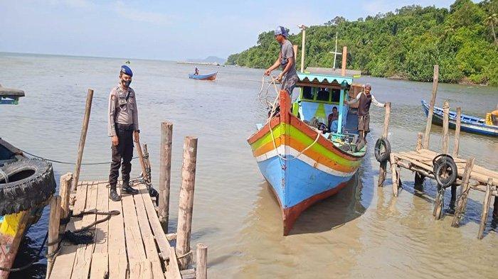 Personel Satuan Polair Polres Bengkayang Imbau Para Nahkoda Waspada Jarak Pandang Saat Berlayar