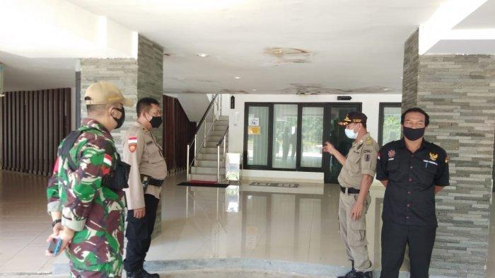 Gugus Tugas Kecamatan Entikong Lakukan Penyemprotan Disinfektan dan Gakkum Protokol Kesehatan