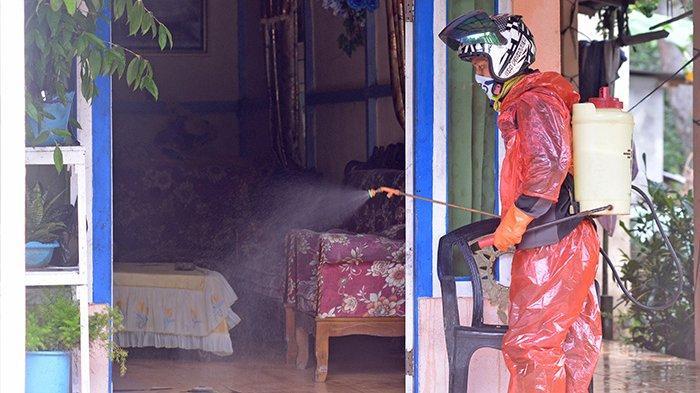 Cegah Corona, Masyarakat Wajok Hilir Secara Swadaya Semprotkan Disinfektan
