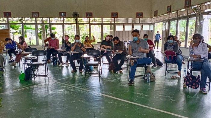 Guru SMA Santo Paulus Pontianak Antusias Belajar Menulis Karya Ilmiah Populer