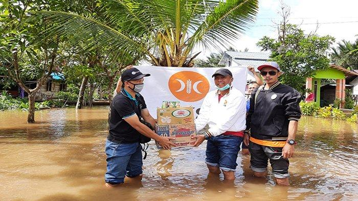 Ketua Fraksi Partai Keadilan Sejahtera (PKS) Kabupaten Sambas, H Eko Suprihatino saat menyerahkan bantuan kepada korban banjir di Kecamatan Sejangkung.