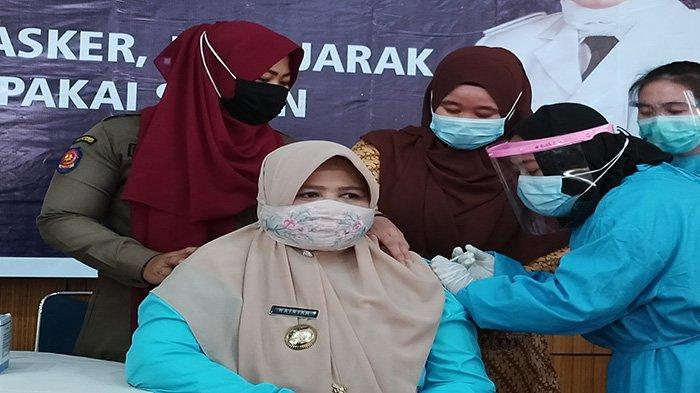 Wanita Pertama Divaksin Covid-19 di Sambas, Hairiah: Tak Perlu Khawatir untuk Ikut Vaksin