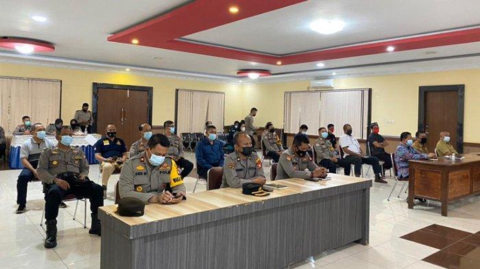 Tim Pusat Penelitian dan Pengambangan (Puslitbang) Mabes Polri dipimpin Kombes Pol Saefuddin M, S. IK bersama Tiga anggota yakni AKBP Hanafiah Nembo (anggota), Penda TK1 M. Syaifullah Rahman, S.S, M.A (Konsultan) dan Penata Budi Prayitno, A.Md (anggota) dengan didampingi dari Polda Kalbar AKBP Ridwansyah SH, M.Si, tiba di Polres Sanggau, Selasa 27 April 2021.