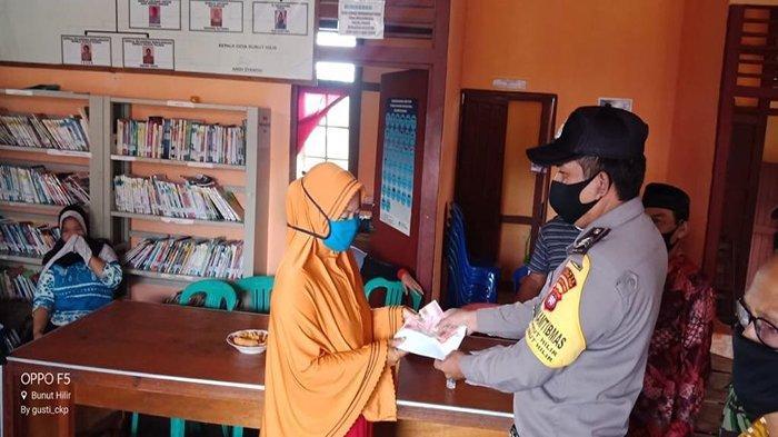 Bhabinkamtibmas Desa Bunut Hilir Brigadir Yudi Rosadi Kawal Penyaluran BLT DD di Desa Binaan