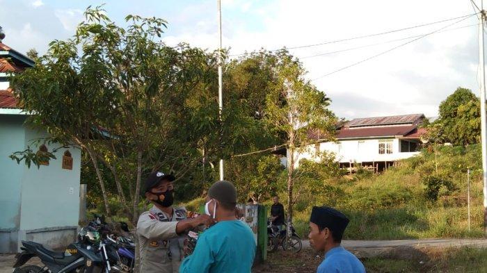 Personel Polsek Badau cek suhu jemaah Sholat Idul Adha, Selasa 20 Juli 2021