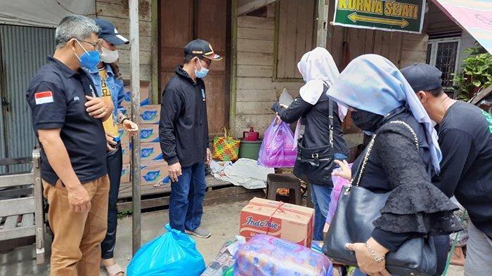 Aksi solidaritas pengumpulan dan penyaluran bantuan bagi korban banjir di wilayah Kalsel yang dilakukan oleh Ikatan Keluarga Kalimantan Barat (IKKB) di Kalimantan Selatan.