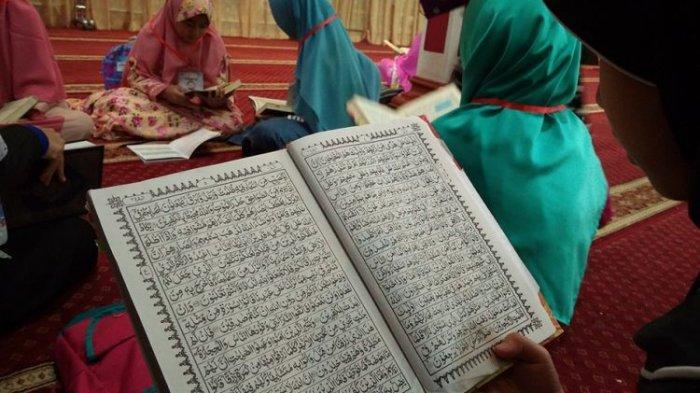 Ilustrasi membaca AlQuran.