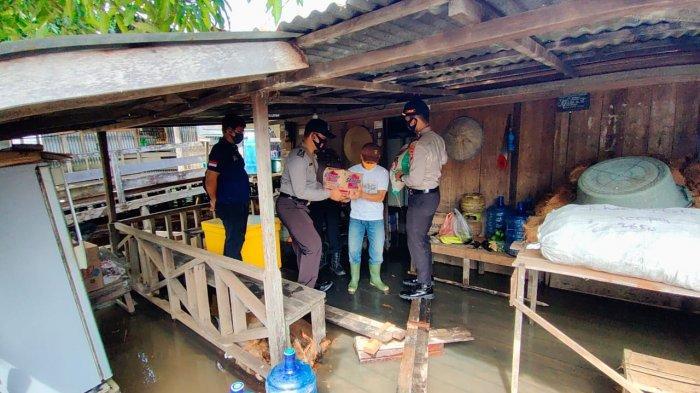 Polsek Jongkong Bagikan Sembako ke Warga Terdampak Banjir