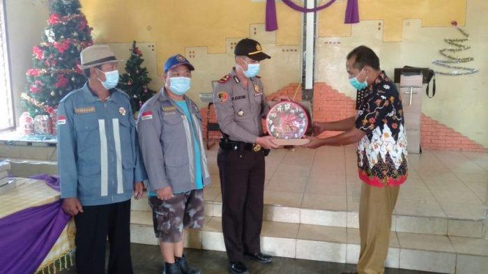 Polsek Siantan Lakukan Penyemprotan Disinfektan di Rumah Ibadah, Sekaligus Beri Kado Natal