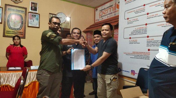 Pasangan Irawan-Muchdy Serahkan Syarat Pencalonan Perseorangan ke KPU Bengkayang