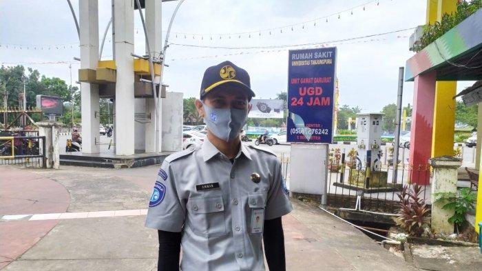 Kepala Unit Operasional dan Humas Jasa Raharja Kalbar, Amnan Ghozali usai membagikan masker di bundaran Digulis, Pontianak, Rabu (16/9/2020).