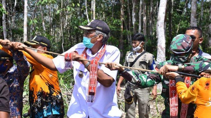 Bupati Sintang, Jarot Winarno bersama dengan Forkopimcam Tempunak dan warga desa menarik tiang listrik di Desa Tanjung Praja.