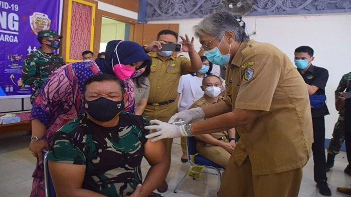 Vaksinasi Covid-19 di Sintang, Danrem Ronny Disuntik Vaksin Covid Langsung Oleh Bupati Jarot