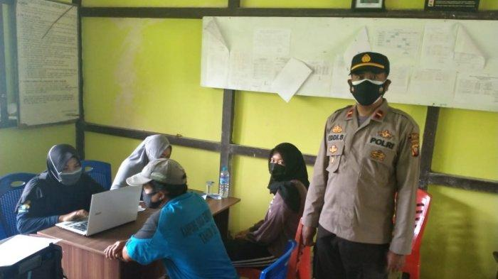 Kapolsek Jawai Selatan Ipda Eddi Setyawan, S.H dan Personel Polsek Jawai Selatan mengecek dan mengamankan jalannnya Vaksinasi Massal di Puskemas sementara di SDN 1 Matang Terap, Rabu 14 Juli 2021