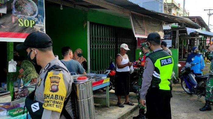 Petugas Gabungan Polsek Singkawang Tengah Bersama TNI Bagi Masker dan Semprot Disinfektan