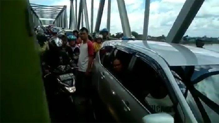 jembatan-landak-lumpuh-total.jpg