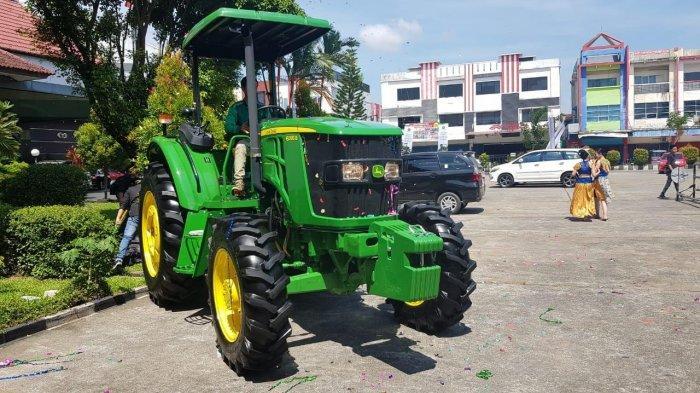 John Deere Launching Traktor Tipe 6095B OOS di Pontianak