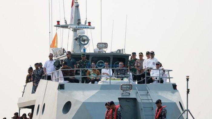 FOTO: Presiden Jokowi Menyusuri Sungai Kapuas Pontianak Dengan Kal Lemukutan - jokowi-atas-kapal-sutarmidji.jpg