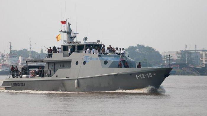 FOTO: Presiden Jokowi Menyusuri Sungai Kapuas Pontianak Dengan Kal Lemukutan - jokowi-depan-kapal.jpg