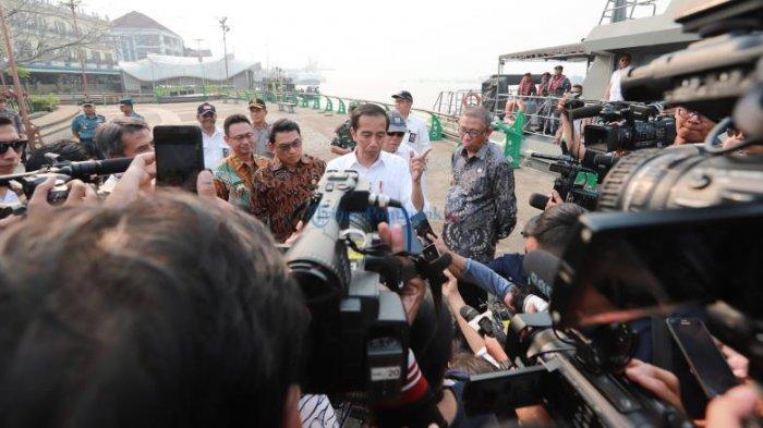 FOTO: Presiden Jokowi Menyusuri Sungai Kapuas Pontianak Dengan Kal Lemukutan - jokowi-diwawancara-tepi-sungai.jpg