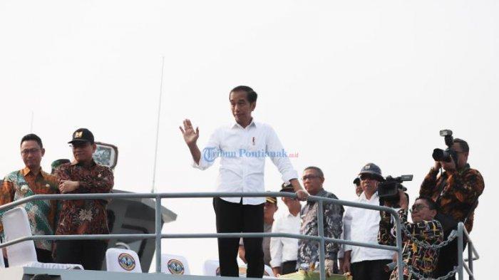 FOTO: Presiden Jokowi Menyusuri Sungai Kapuas Pontianak Dengan Kal Lemukutan - jokowi-lambaikan-tangan.jpg