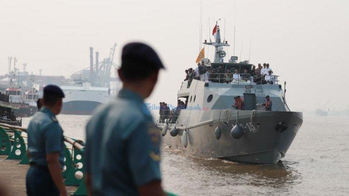 FOTO: Presiden Jokowi Menyusuri Sungai Kapuas Pontianak Dengan Kal Lemukutan - jokowi-pakai-kapal-perang.jpg
