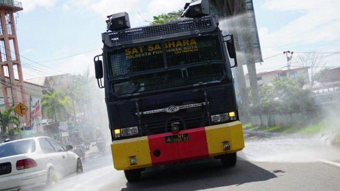 Polresta Pontianak Kota Semprotkan Disinfektan di Jalan Kota Pontianak