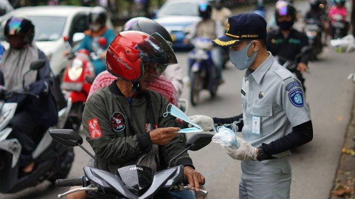 Jasa Raharja Kalbar Bagikan Masker Dukung Pergub Cegah Penularan Covid-19