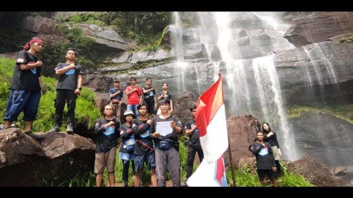 Komunitas Pejalan Kalbar Peringati Hari Sumpah Pemuda ke-92 di Air Terjun Terinting Landak