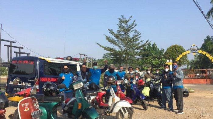ROMBONGAN Forum Relawan Kemanusiaan Pontianak (FRKP) Divisi West Borneo Vespa Lovers siap berangkat ke rumah keluarga Jumardi di Desa Sebawi, Kecamatan Tebas, Kabupaten Sambas pada Sabtu, 10 April 2021.