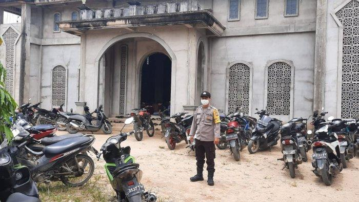 Personel Polsek Monterado Pam Sholat Jumat, Untuk Keamanan dan Kenyamanan Jamaah
