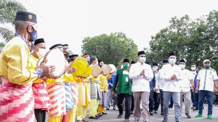 Di Bawah Rintik Hujan, Masyarakat Ketapang Kawal Junaidi-Sahrani Daftar di KPU
