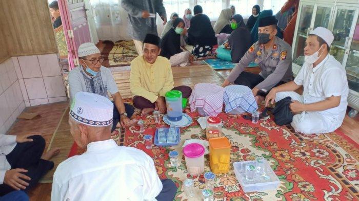 Kapolsek Raden Real Mahendra Melakukan Sambang Duka ke Rumah Warga di Kecamatan Pemangkat