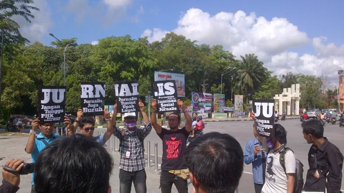 Jurnalis di Kalbar Tuntut Upah Layak - jurnalis-di-kalbar-saat-melakukan_20160503_103011.jpg