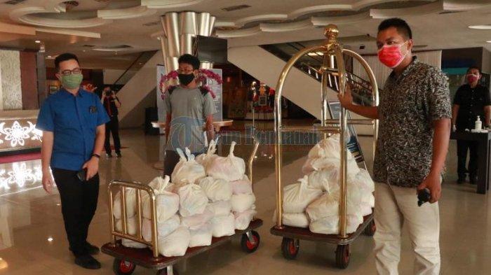 FOTO: Rumah Jurnalis Pontianak Serahkan Bantuan kepada Karyawan Hotel Aston dan Transera - jurnalispontianakhotel-aston.jpg