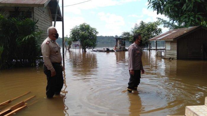 Kapolsek Mukok Polres Sanggau Cek Ketinggian Air di Lokasi Banjir