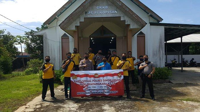 Sambut Hari Bhayangkara ke-74, Polsek Singkawang Selatan Bersihkan Gereja GKKB Pos PI Kopisan
