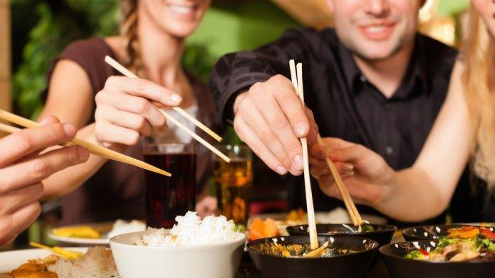 Kabar Buruk Bagi Anda yang Suka Makan Pakai Sumpit, Cuci Sumpit dengan Air Bisa Jadi Sumber Penyakit